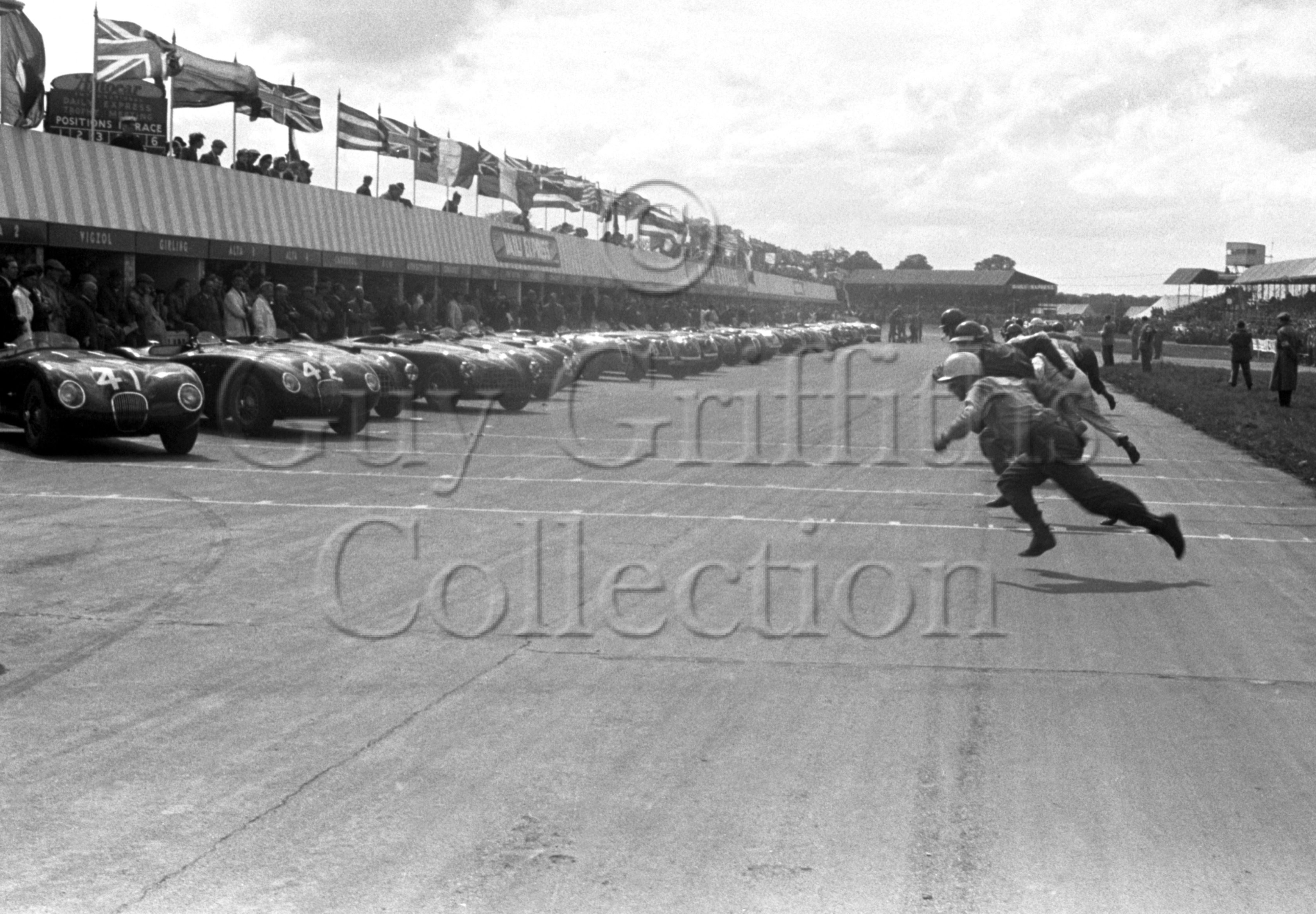53-964–S-Moss–Jaguar–Silverstone–10-05-1952.jpg - The Guy Griffiths Collection